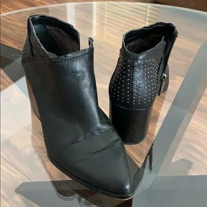 1 State black zipper booties